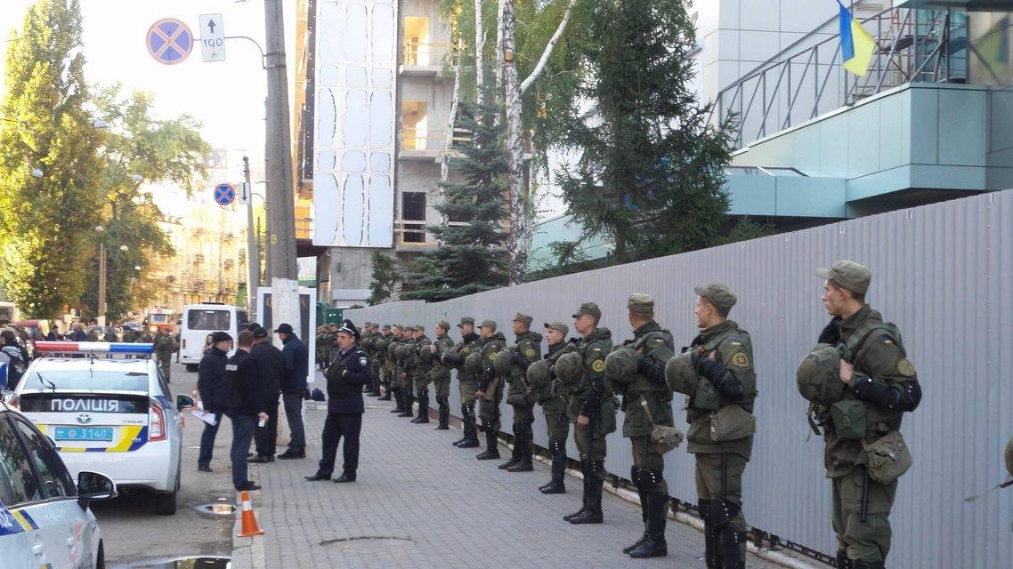 Активисты хотят спилить забор вокрут Интера  - фото 16036