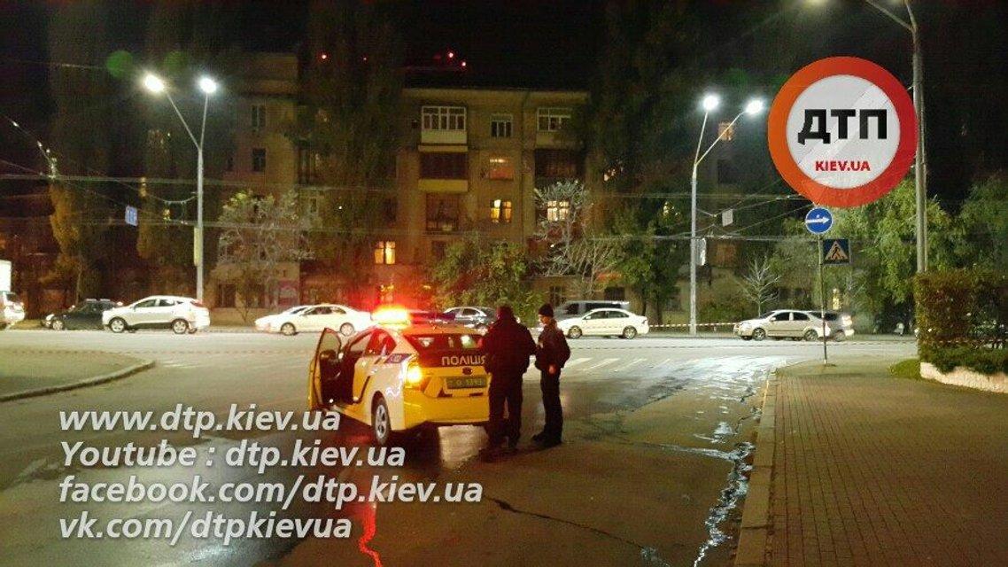 Ночью в Киеве прорвало теплотрассу - улицу несколько часов заливало кипятком - фото 19332