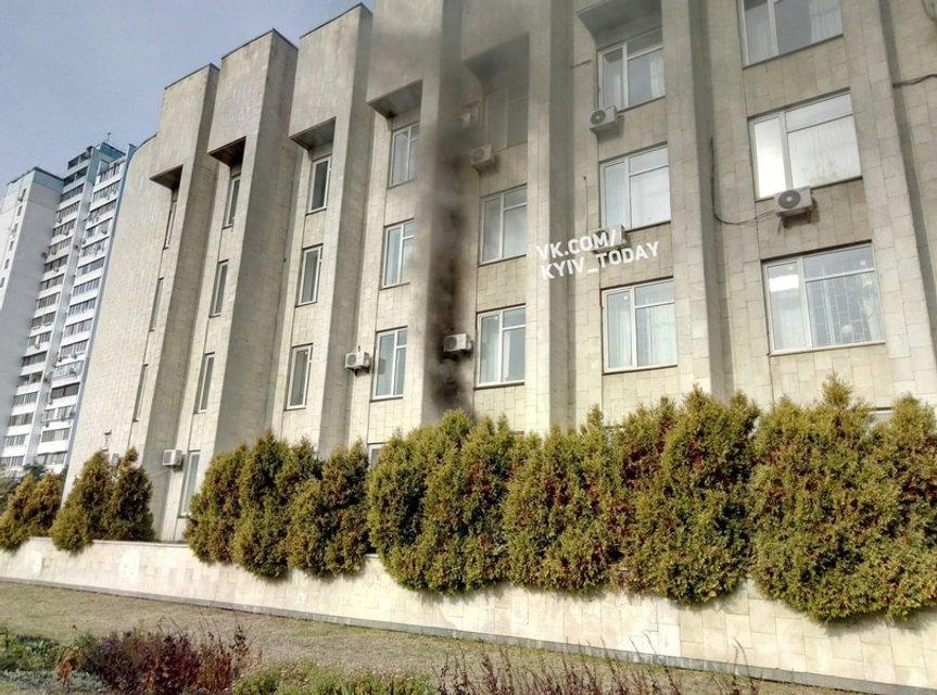 В Киеве загорелось здание районной госадминитсрации - фото 17893