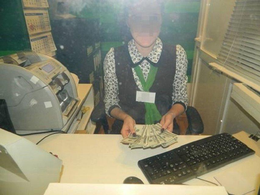 В столичном банке киевлянин хотел положить на счет фальшивые деньги - фото 17887