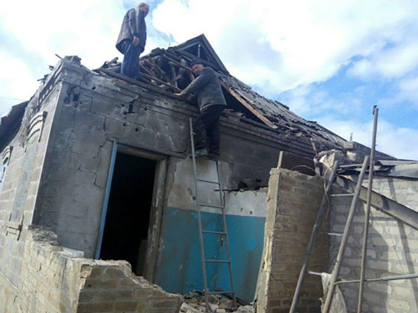 В результате ночных обстрелов в Марьинке повреждено 8 домов - фото 17415