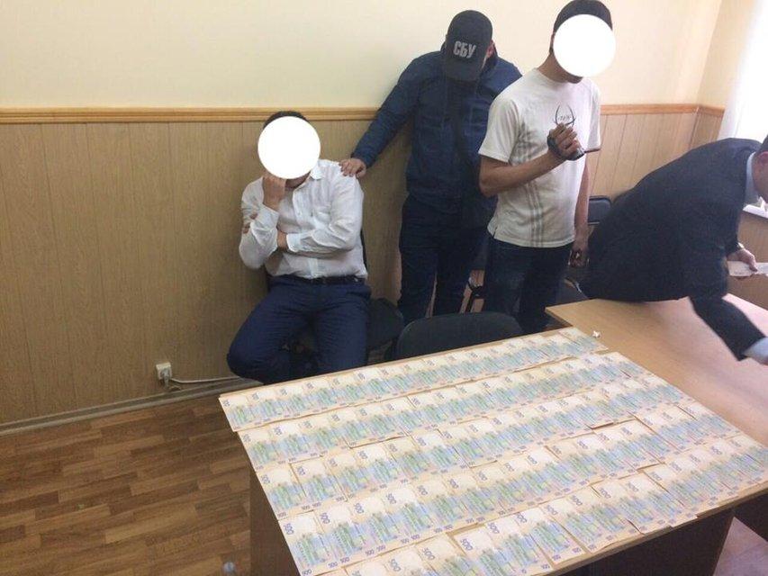 В Киевской области чиновник из Госгеокадастра попался на взятке в 100 тыс гривен - фото 15850