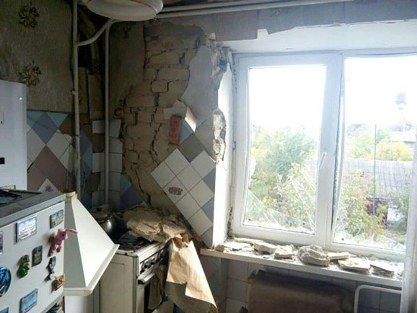 В результате ночных обстрелов в Марьинке повреждено 8 домов - фото 17416