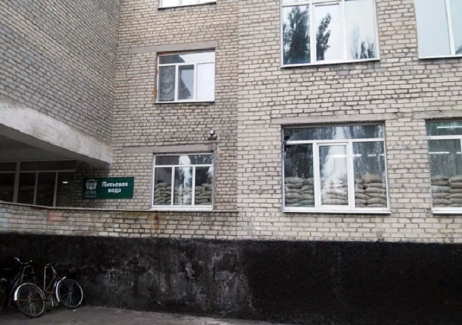 Ночным обстрелом боевики повредили школу в Марьинке - фото 15651