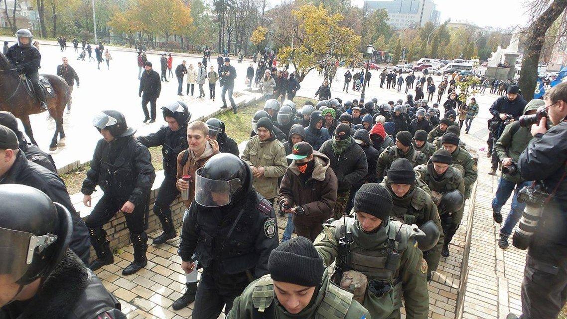 Люди в масках препятствуют эвакуации активистов с Михайловской площади - фото 19261