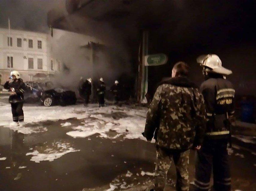 В Одессе прогремело два взрыва и начался пожар - автомобиль протаранил АЗС - фото 17352
