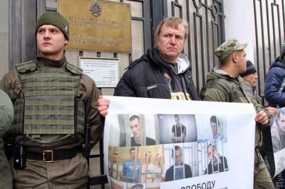В Одессе пикетировали генеральное консульство России - фото 18753