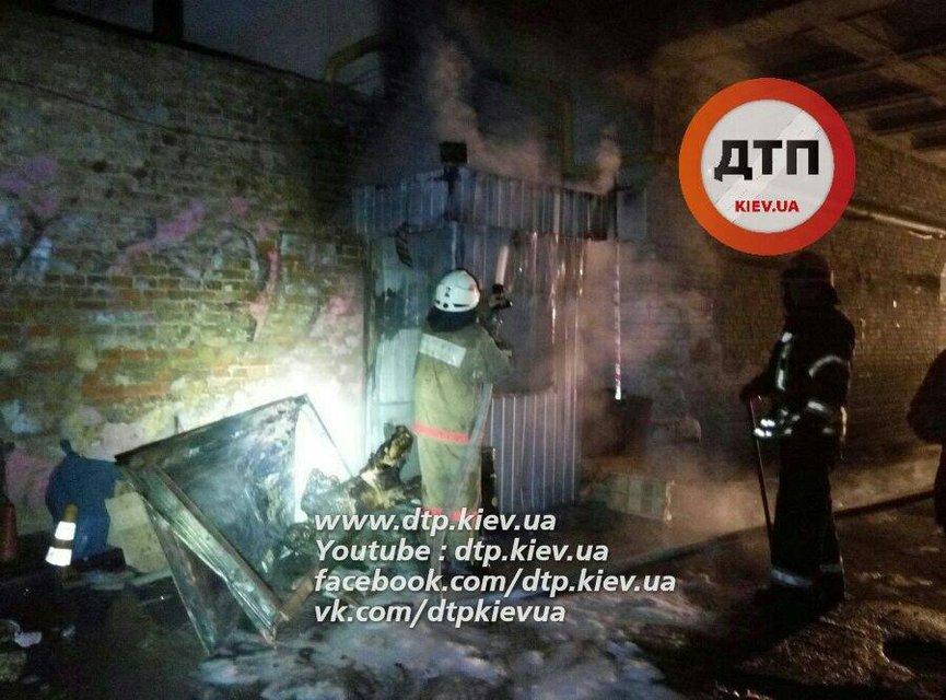 Смертельный пожар в Киеве: в ларьке заживо сгорел охранник  - фото 16276