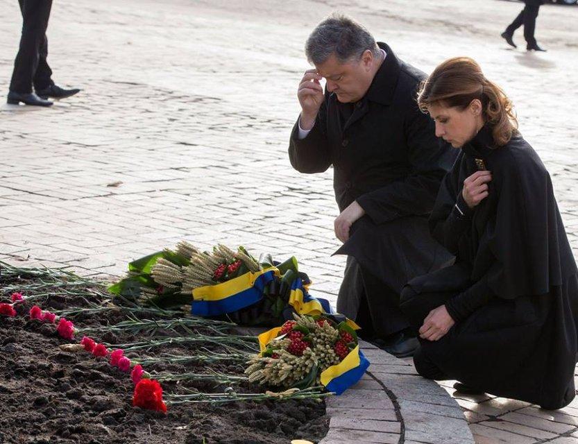 По случаю Дня памяти жертв голодоморов Порошенко призвал сохранить Украину единой - фото 23542