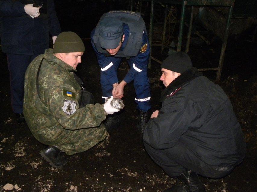 В Чернигове в результате взрыва артиллерийского снаряда пострадало трое человек - фото 23554