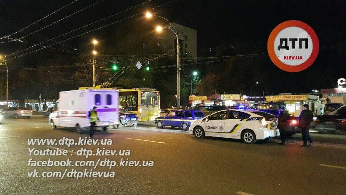 В Киеве возле Соломенского рынка на пешеходном переходе внедорожник сбил семью - фото 21442