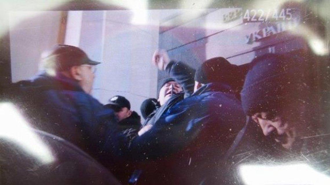 Под Верховной Радой чернобыльцы подрались с полицейскими - фото 19696