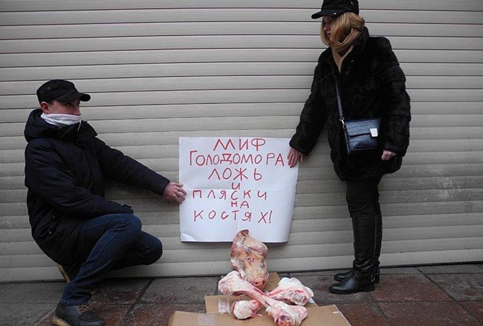 В Москве организовали акцию протеста против годовщины Голодомора в Украине - фото 23638