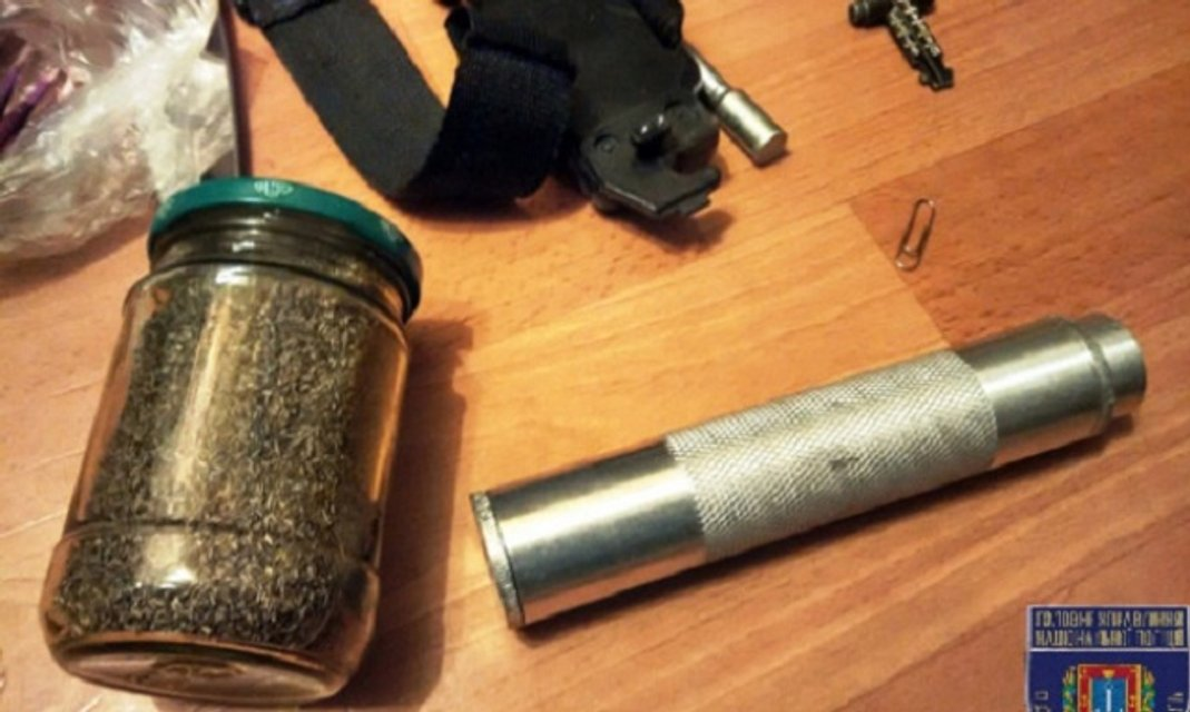 Под Одессой пьяный военнослужащий угрожал взорвать гранату возле ресторана - фото 23591