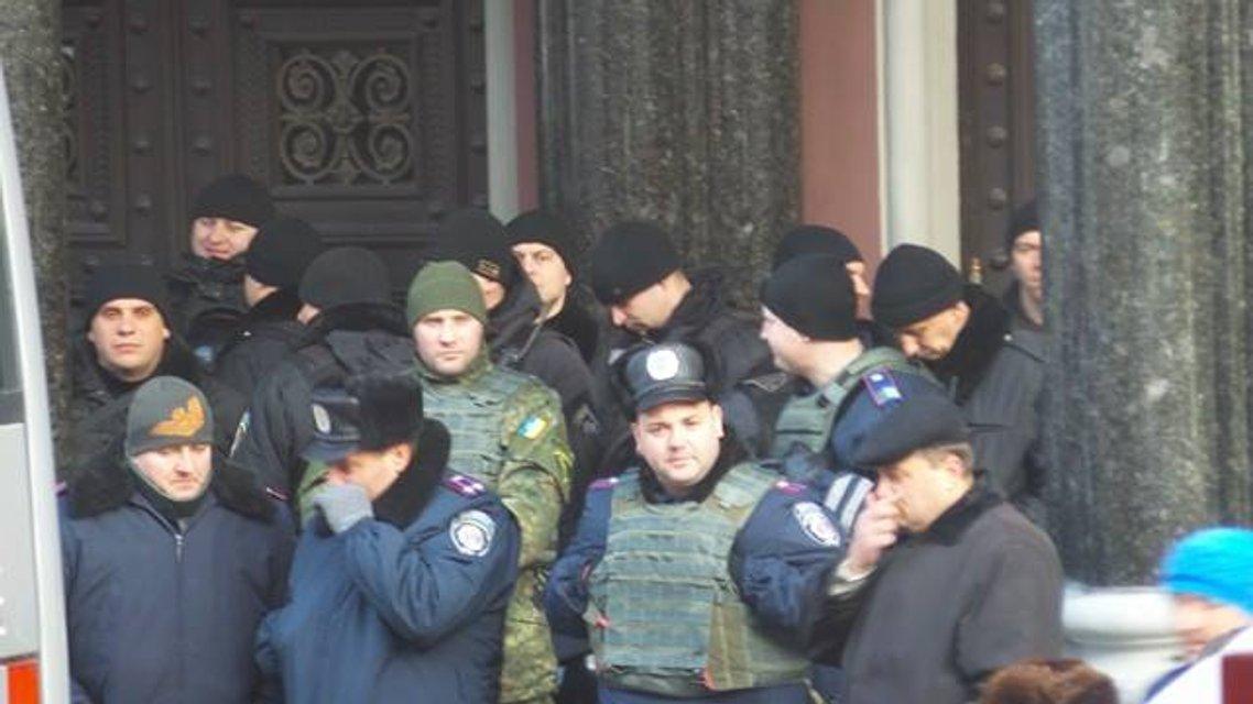 Протесты под НБУ собирают разношерстную публику - фоторепортаж - фото 21786