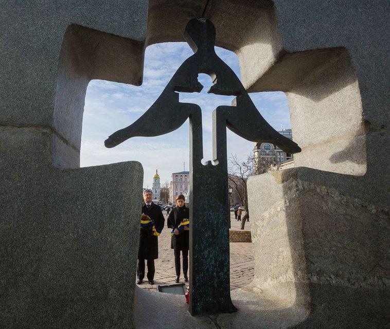 По случаю Дня памяти жертв голодоморов Порошенко призвал сохранить Украину единой - фото 23539