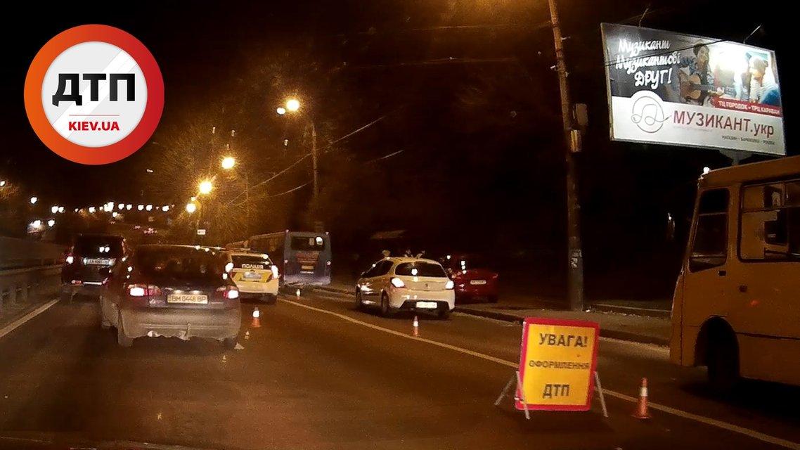 Масштабное ДТП в Киеве - внедорожник столкнулся с маршруткой и перекрыл дорогу - фото 21507