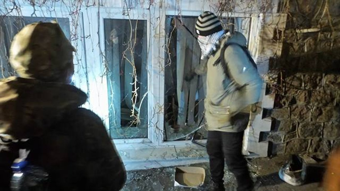 Активисты забросали офис Медведчука взрывпакетами - фото 22776