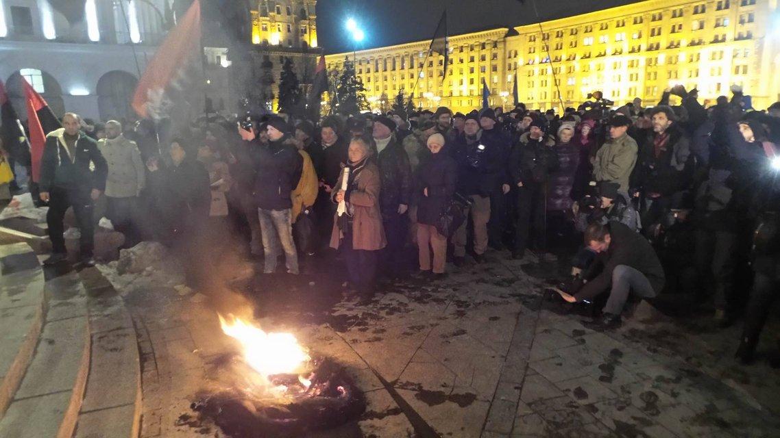 На Майдан свозят шины и призывают громить офис Медведчука - фото 22773