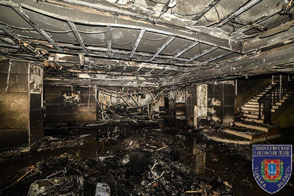 В Одессе неизвестный бросил коктейль Молотова в здании торгового центра, есть пострадавшие - фото 22328
