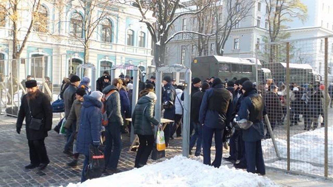Протесты под НБУ собирают разношерстную публику - фоторепортаж - фото 21790