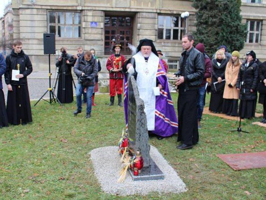 В Ужгороде прошел марш в память жертв Голодомора - фото 23570