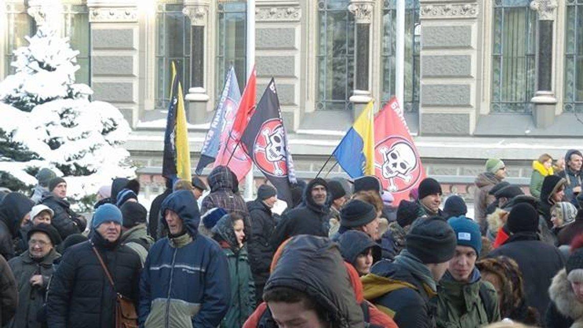 Протесты под НБУ собирают разношерстную публику - фоторепортаж - фото 21791