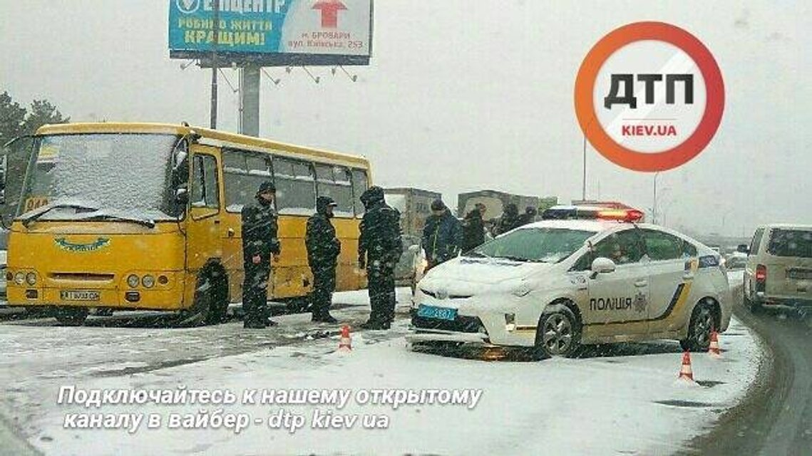 Масштабное ДТП в Киеве - пьяный водитель протаранил маршрутку и авто полицейских - фото 23995