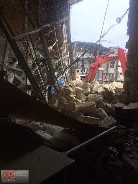 В Одессе заводская стена обрушилась на соседнее здание - фото 20462