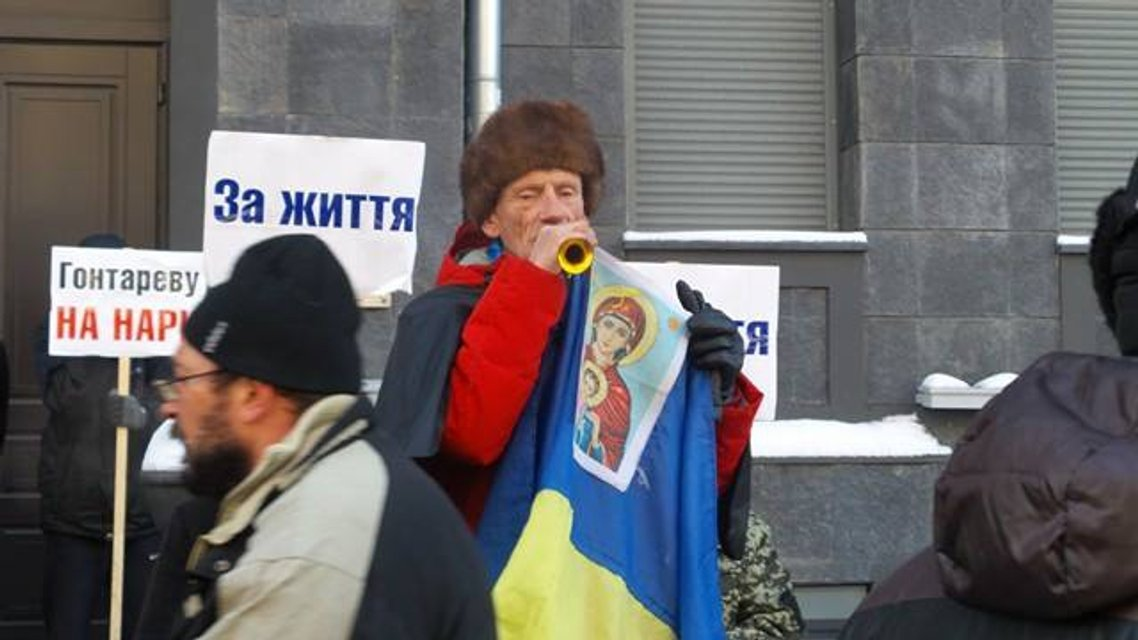 Протесты под НБУ собирают разношерстную публику - фоторепортаж - фото 21788