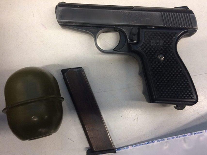 Вор прятал ору;ие и награбленное в камерах хранения киевских супермаркетов  - фото 24165