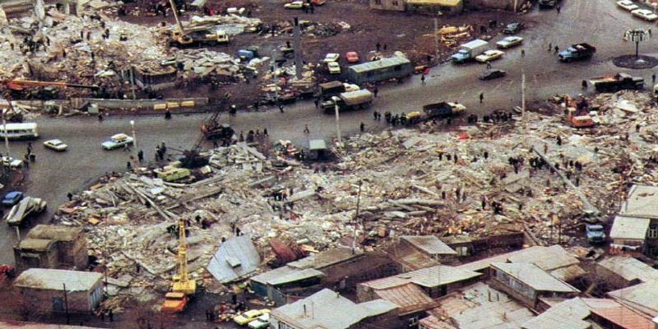 Землетрясение в Армении стерло с лица земли Спитак и около 60 сел - фото 22912