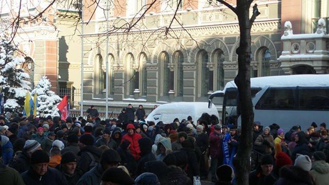 Протесты под НБУ собирают разношерстную публику - фоторепортаж - фото 21785