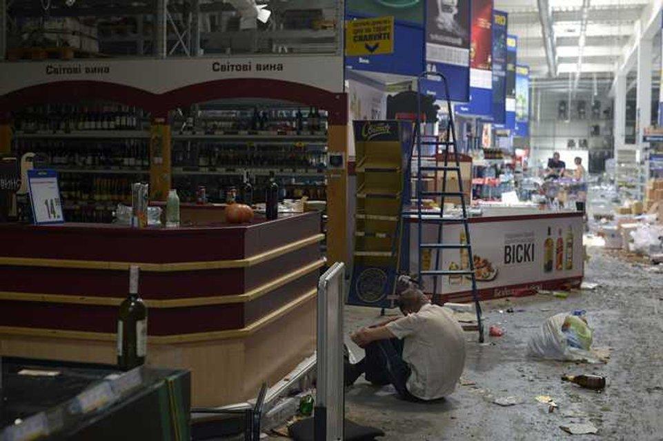 Уставший от охраны продуктов ополченец в ожидании подмоги - фото 20584