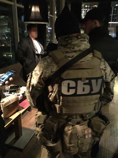 СБУ задержала двух чиновников военного концерна на вымогательство 900 тыс. долларов - фото 23533