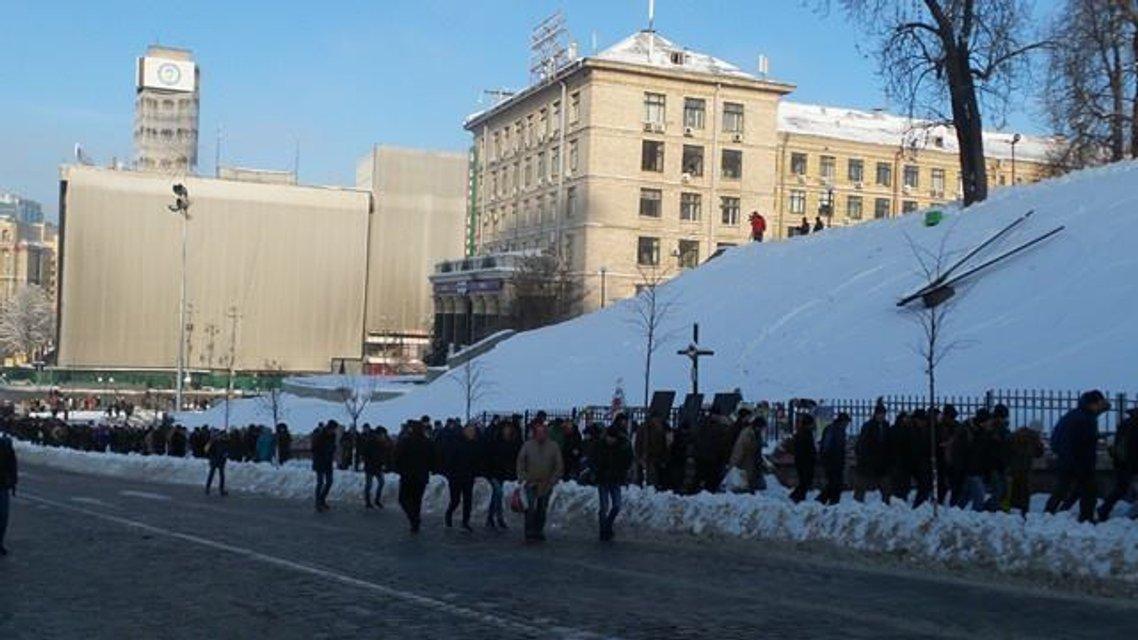 Протесты под НБУ собирают разношерстную публику - фоторепортаж - фото 21789
