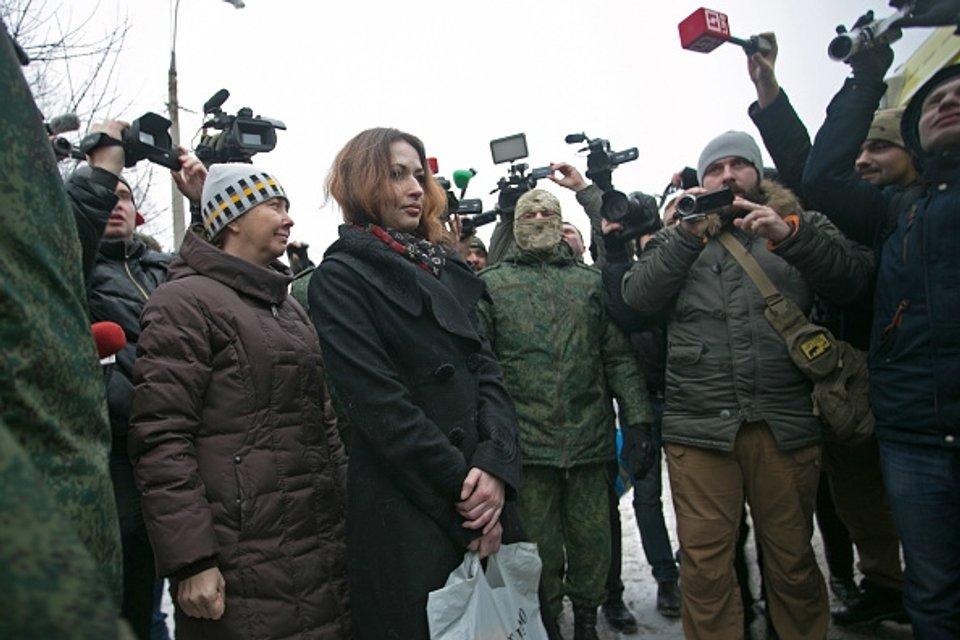 Боевики передали двоих пленных между Макеевкой и Донецком - фото 28044