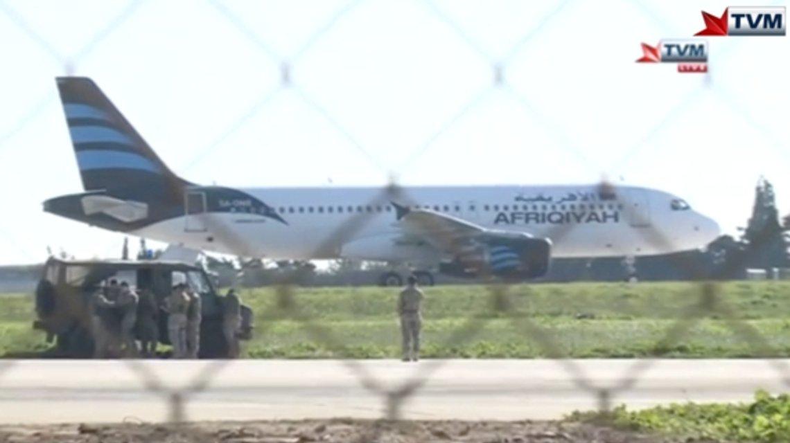 На Мальте неизвстные захватили пассажирский самолет ливийской авиакомпании - фото 27566