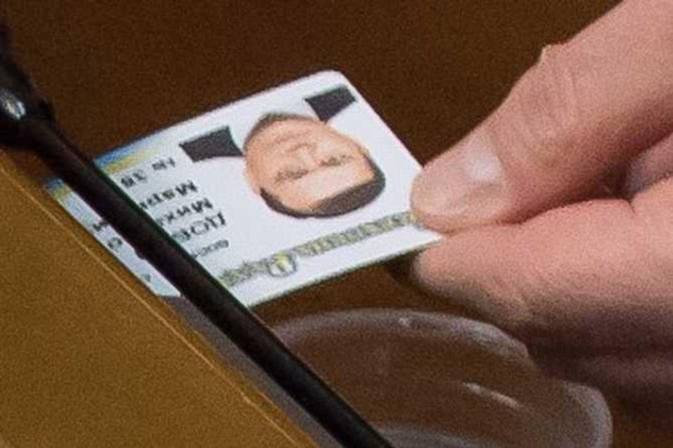 Вадим Новинский попался с карточкой Добкина в Верховной Раде - фото 25507