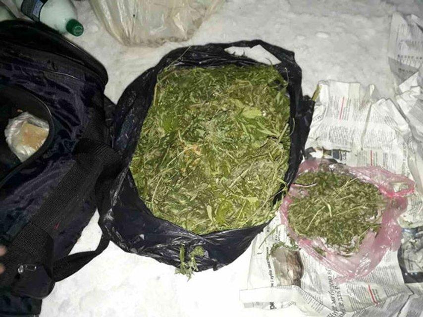 Возле одного из ВУЗов в Сумах задержали женщину с пакетом марихуаны - фото 28269
