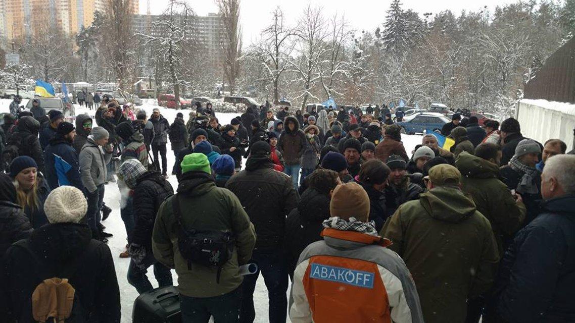 Сотни активистов пикетируют резиденцию Авакова с требованием его отставки - фото 24785