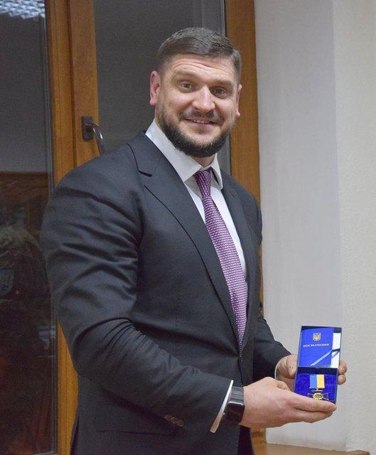 И.о. губернатора Николаевской области Савченко под елочкой нашел авто за 2,6 млн гривен - фото 28082