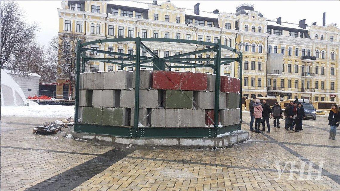 На Софиевскую площадь Киева привезли главную ёлку Украины - фото 24708