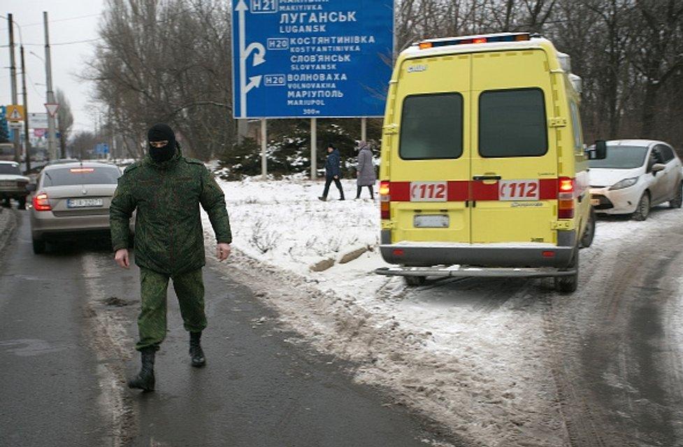 Боевики передали двоих пленных между Макеевкой и Донецком - фото 28045