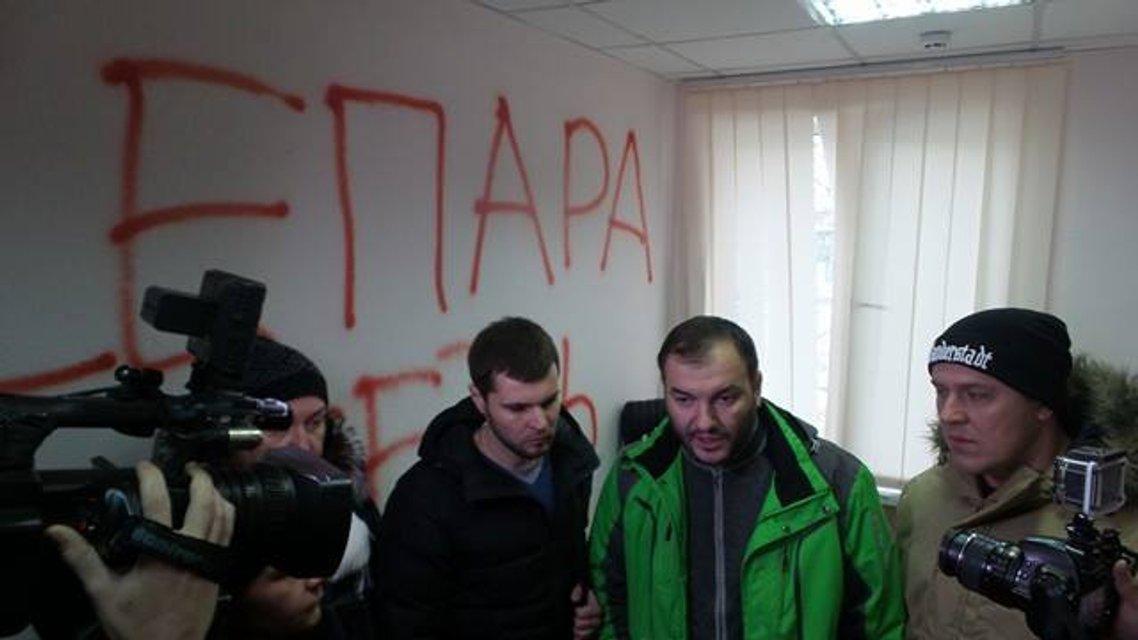 Активисты пришли на разборки к главе коммунального предприятия, избившего Евромайдановца - фото 26223