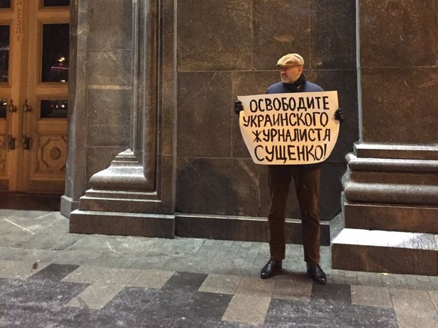 Адвокат Сущенка Марк Фейгін суміщає процесуальні дії з пікетами ФСБ - фото 28467