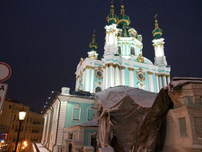 В Киеве провели тестовое включение освещения Андреевской церкви  - фото 24396