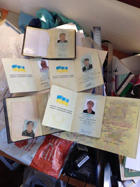 В Киеве разоблачили сеть по продаже фальшивых паспортов и загран документов - фото 26968