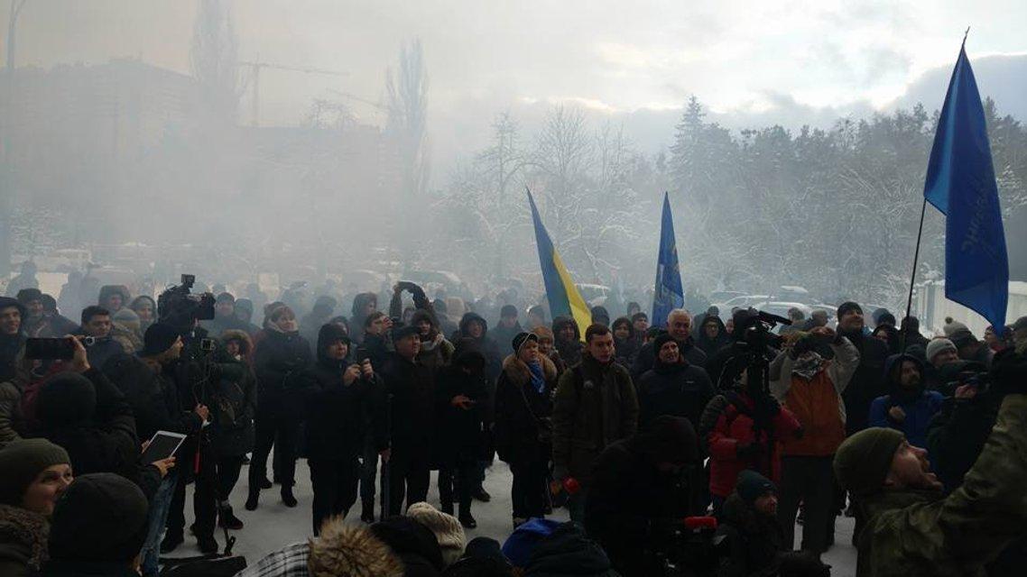 Сотни активистов пикетируют резиденцию Авакова с требованием его отставки - фото 24786