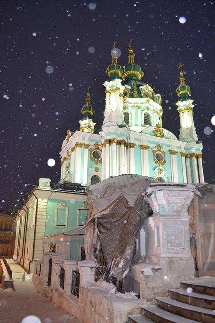 В Киеве провели тестовое включение освещения Андреевской церкви  - фото 24394